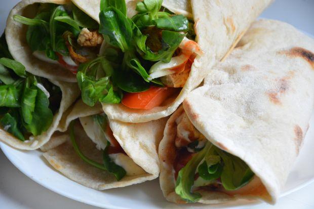 Domowe tortille  kurczakiem i warzywami