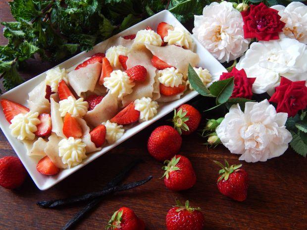 Domowy makaron waniliowy z truskawkami