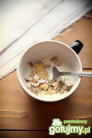 Dressing jogurtowy z orzechami