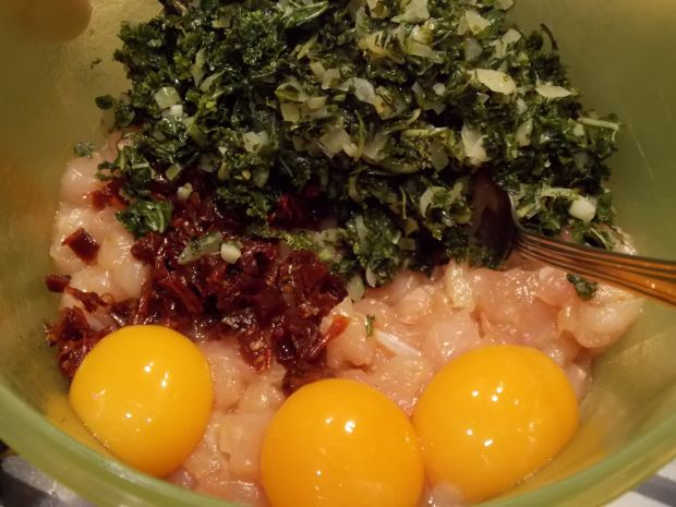 Drobiowe kotlety z jarmużem i suszonymi pomidorami