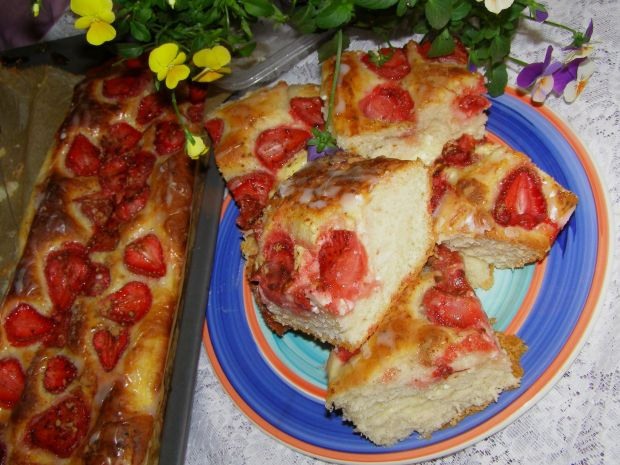 Drożdżowe ciasto z serem i truskawkami