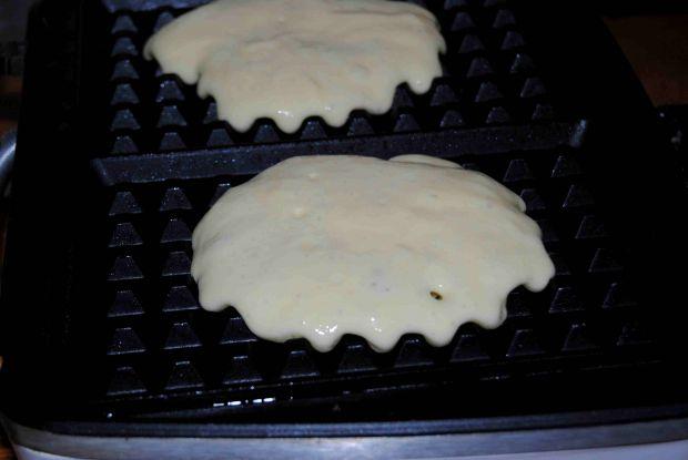 Drożdżowe gofry z truskawkami i ciasteczkami oreo