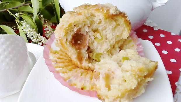 Drożdżowe muffinki z rabarbarem i kruszonką