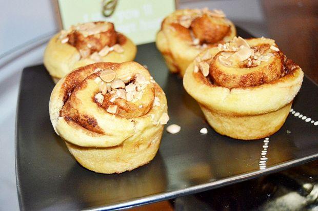 Drożdżowe muffiny z cynamonem i migdałami