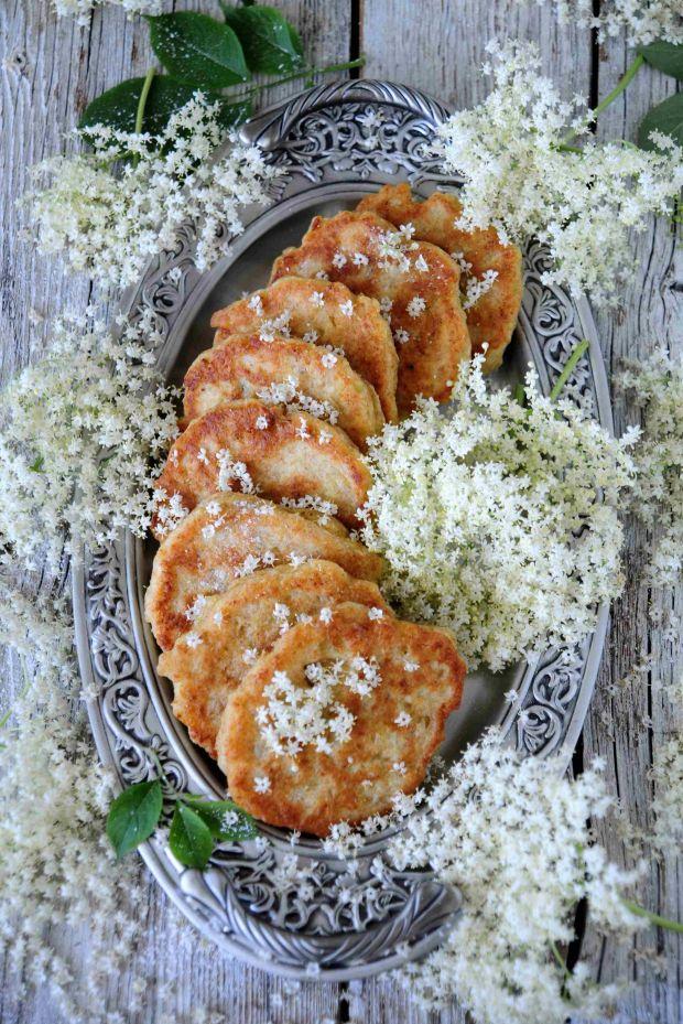 Drożdżowe racuszki z kwiatami bzu