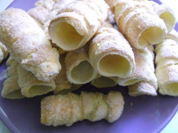 Drożdżowe rurki z truskawkowo-śmietanowym kremem