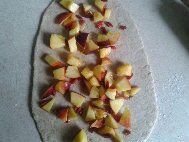Drożdżówka z nektarynkami i jagodami goji light
