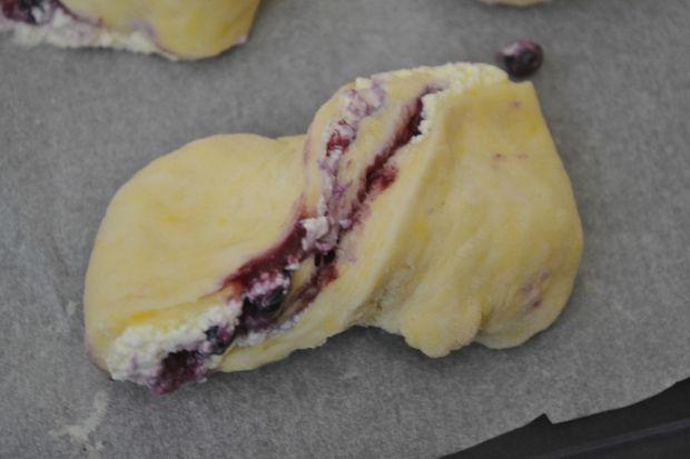 Drożdżówki z białym serem i jagodami