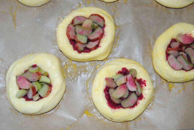 Drożdżówki z różą i rabarbarem