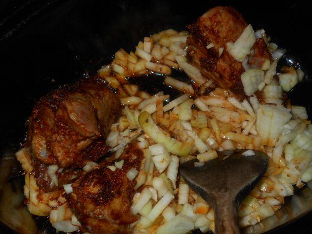 Duszona łopatka z cebulą i wędzoną papryką