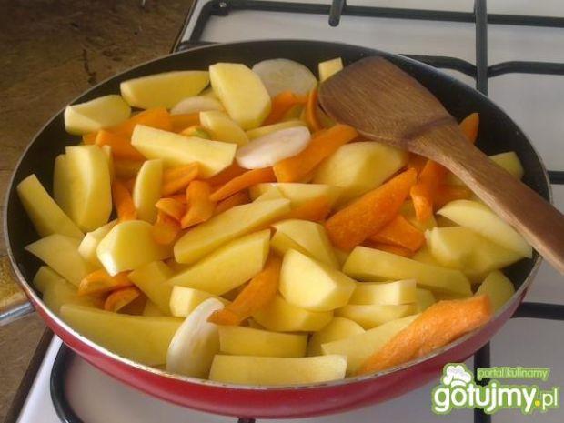 Duszone warzywa podane z jajecznicą