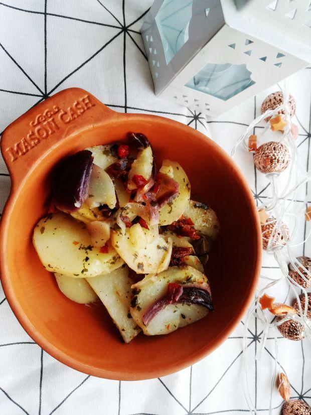 Duszone ziemniaki z suszonymi pomidorami.