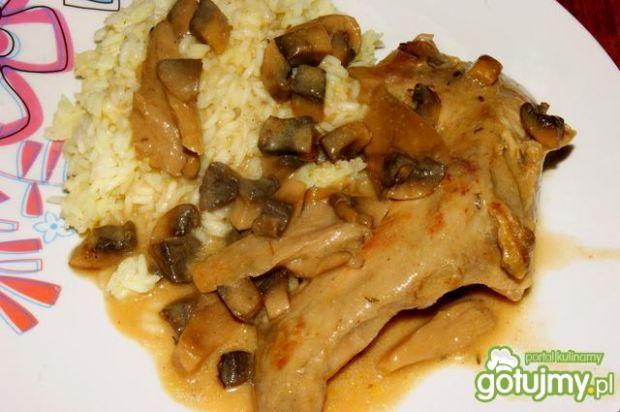 Duszony królik z boczniakami i ryżem
