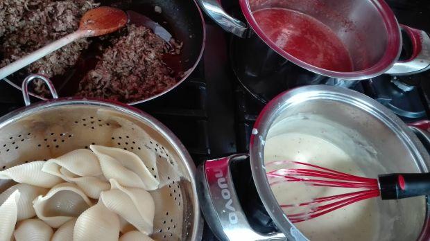Duże muszle nadziewane mięsem w sosie pomidorowym