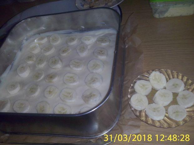 Dwukolorowy sernik na zimno z bananami i galaretką