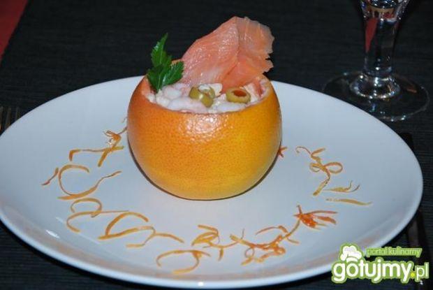 Egzotyczna sałatka w grepfrucie