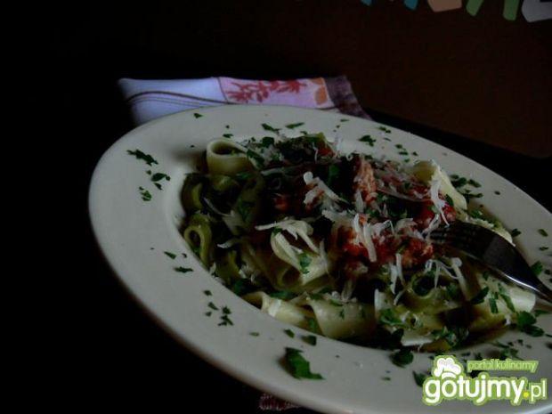 Ekspresowy makaron w sosie pomidorowym z