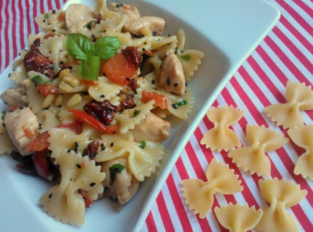 Farfalle z kurczakiem, pomidorami i papryką