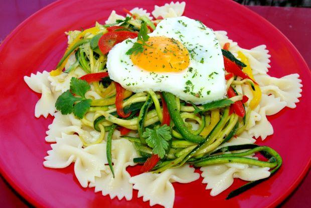 Farfalle z warzywnym spaghetti i jajkiem