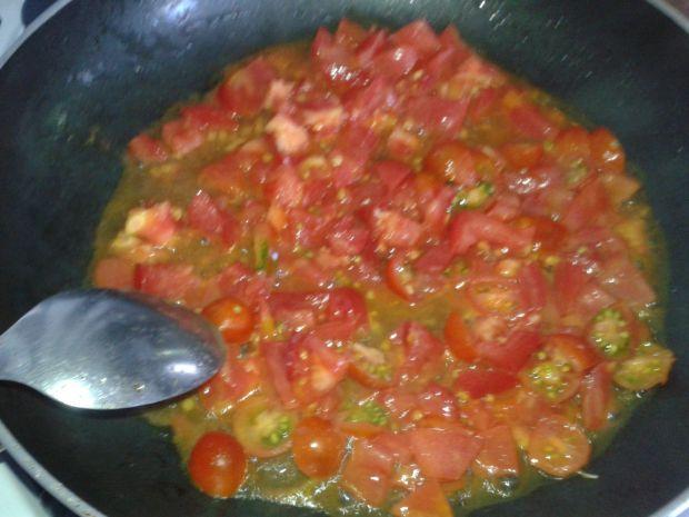 Fasola po bretońsku z kiełbasą i pomidorami