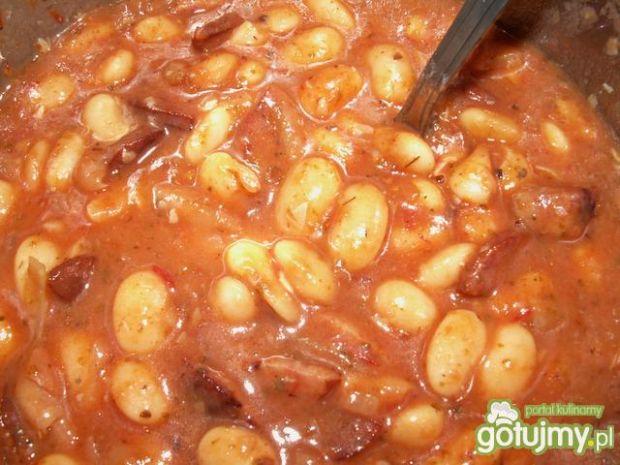 Fasola w sosie pomidorowym z kiełbasą
