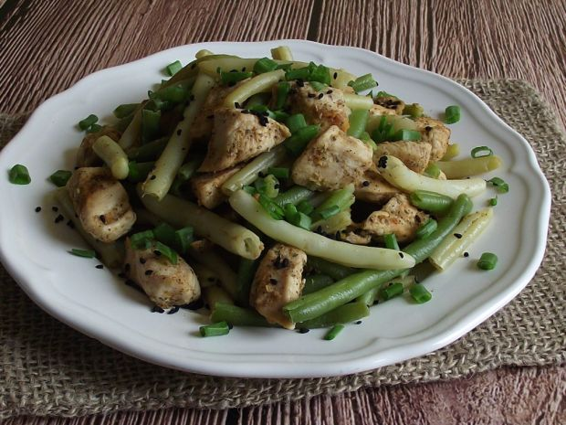 Fasolka szparagowa z kurczakiem i czarnym sezamem