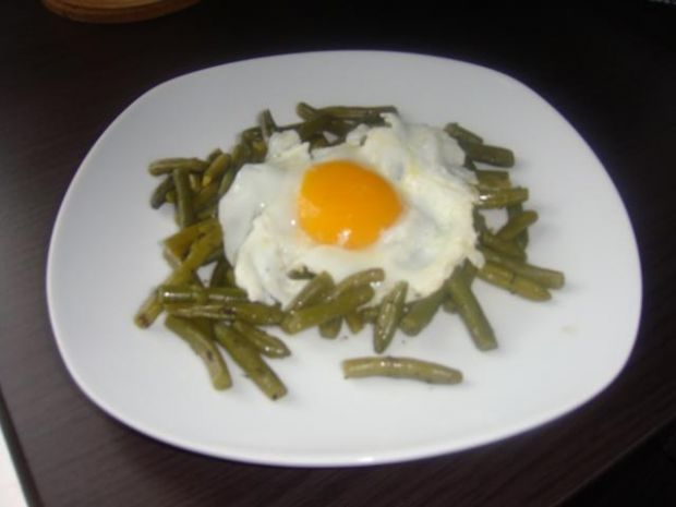 Fasolka z czabrem i sadzonym jajkiem