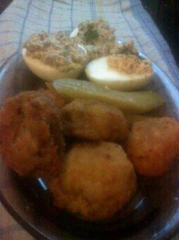 Faszerowane jajka i pieczone pieczarki