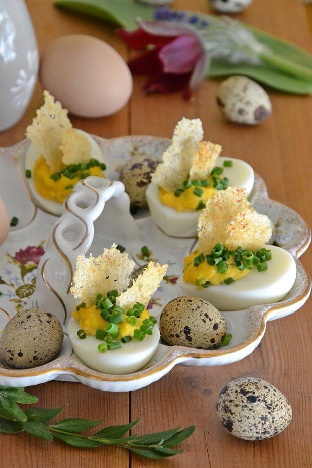 Faszerowane jajka z chipsami z parmezanu