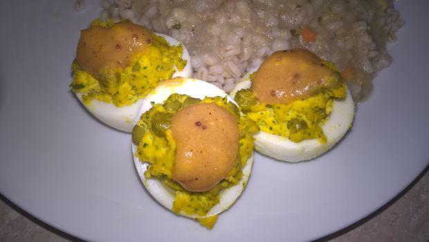 Faszerowane jajka z zielonym groszkiem