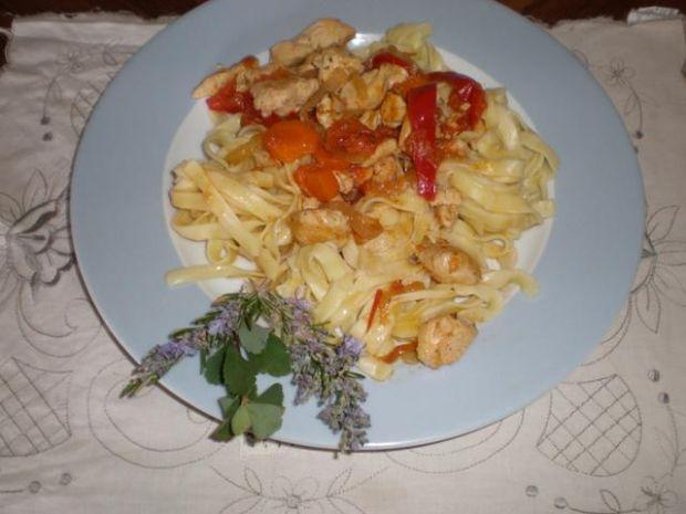 Fettuccine w sosie kurczakowo-warzywnym.