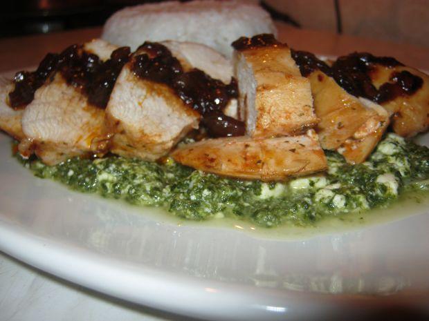 Filet z karmelizowaną cebulą i szpinakiem