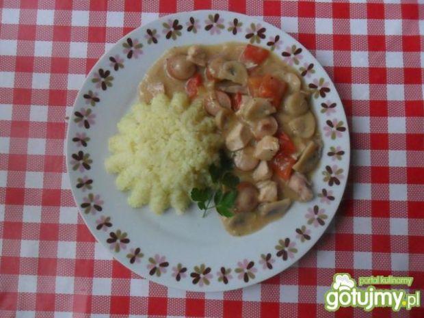 Filet z kurczaka z parówkami w sosie