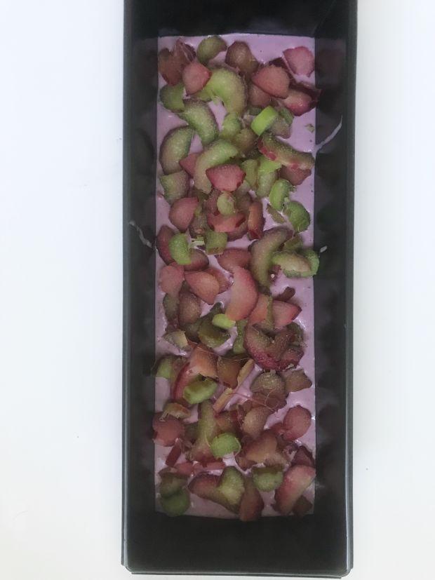 Fioletowe ciasto z rabarbarem i daktylami