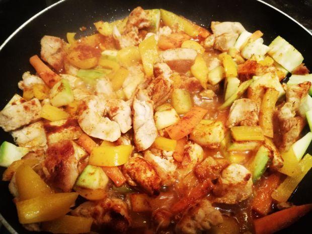 Fit z kurczaka tikka masala z cukinią