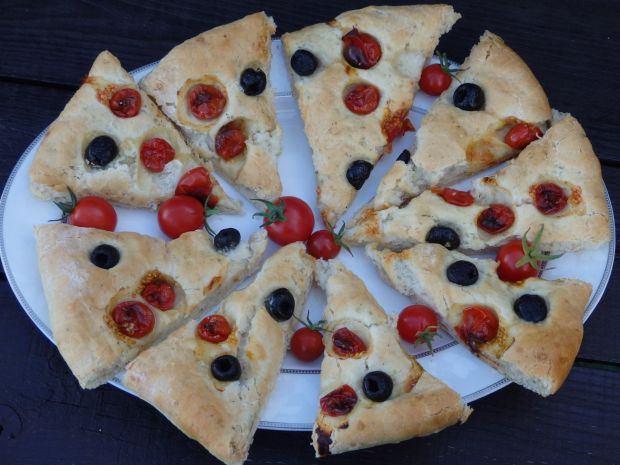 Focaccia z pomidorkami i oliwkami