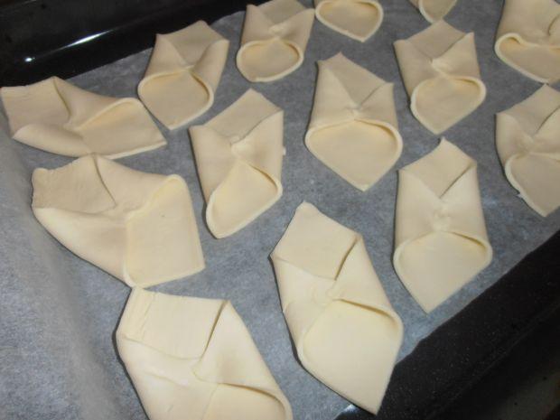 Francuskie ciasteczka serowe ze śliwką