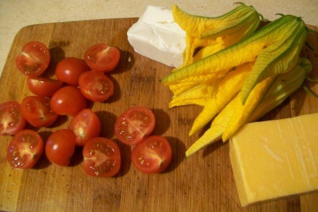 Frittata z mizuną i pomidorkami
