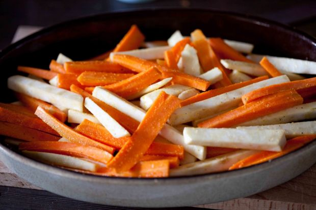 Frytki z warzyw korzeniowych z sosem tahini