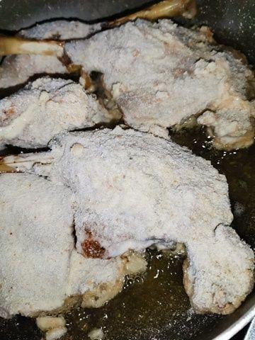 Gęsie uda smażone w głębokim oleju.