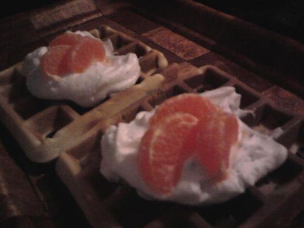 Gofry z bitą śmietaną i mandarynkami