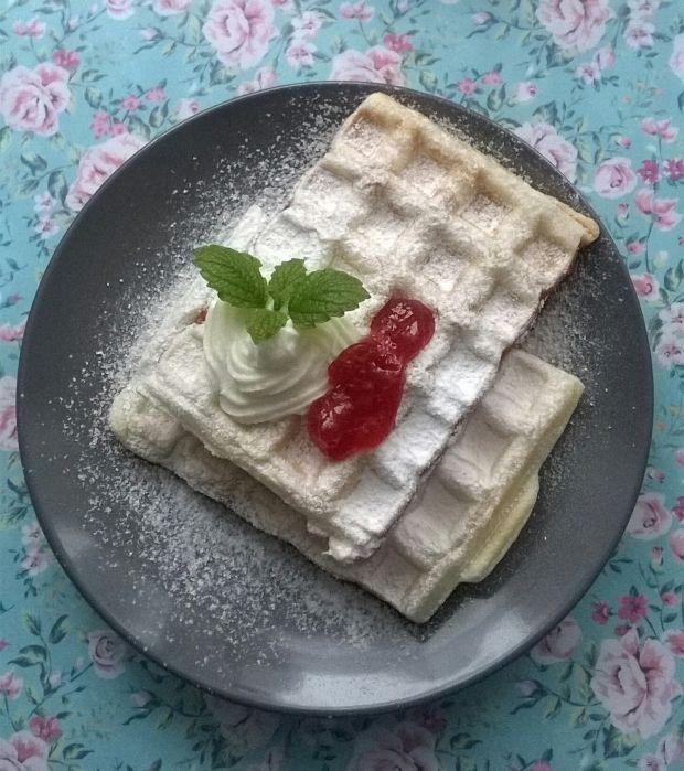 Gofry z ciasta francuskiego z dżemem
