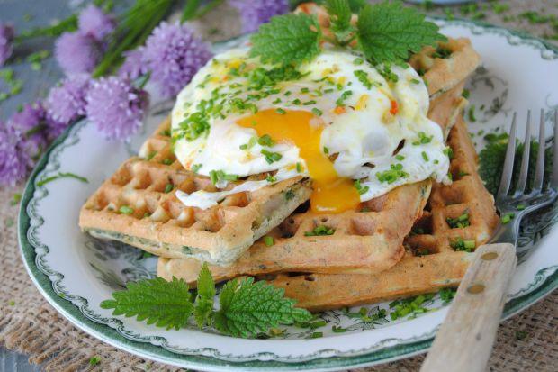 Gofry z pokrzywą i jajkiem sadzonym