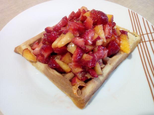 Gofry z salsą truskawkowo - brzoskwiniową