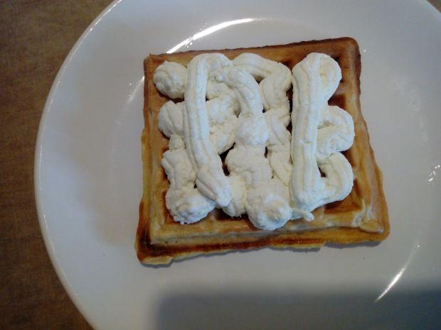 Gofry z serem i wiśniami