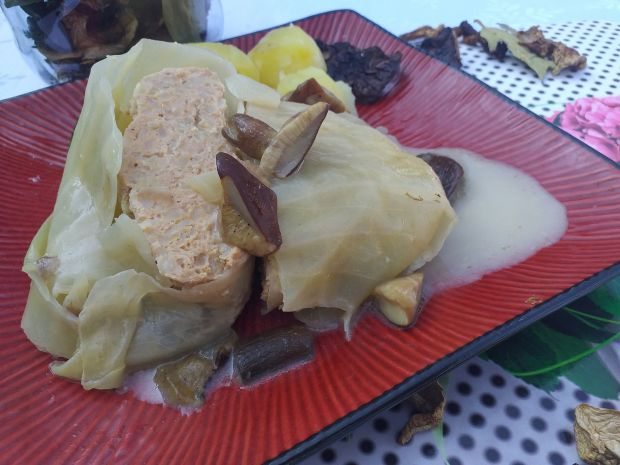 Gołąbki z mięsem i bulgurem w sosie grzybowym