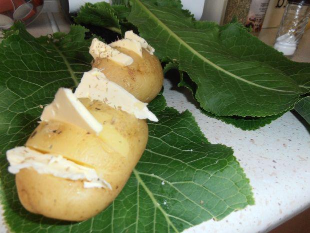 Golonka z dipem grillowym i ziemniakami w chrzanie