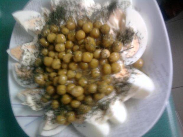 Gotowane jaja z groszkiem i majonezem