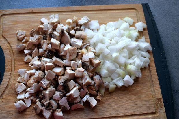 Gotowane podudzia z kurczaka w sosie pieczarkowo-b