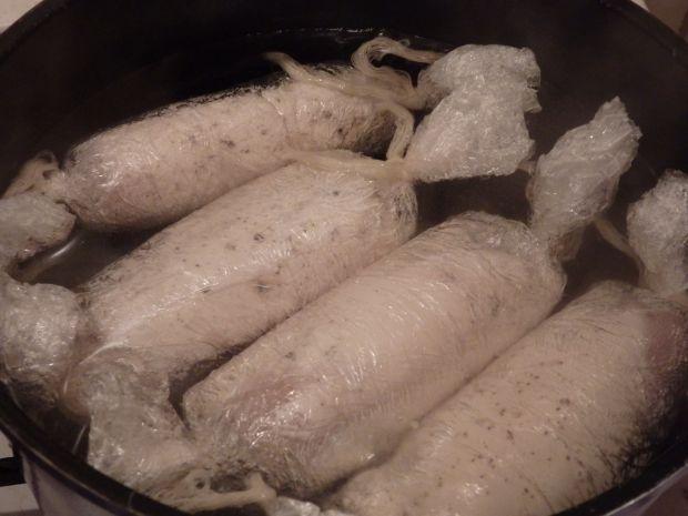 Gotowane roladki drobiowe z suszonymi śliwkami